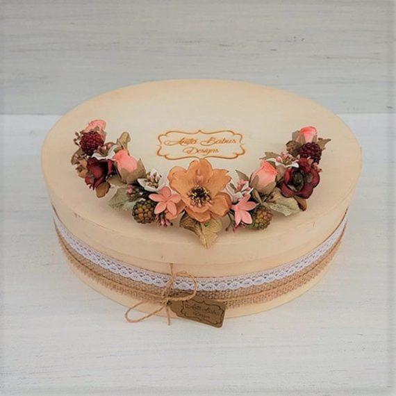 Tocado trasero de frutas y flores de porcelana y de tela.