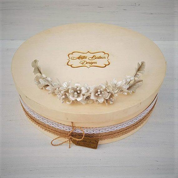 Tocado de flores de novia en color blanco perla y plata.