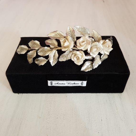 Tocado lateral de hojas plateadas y rosas blanco perla.
