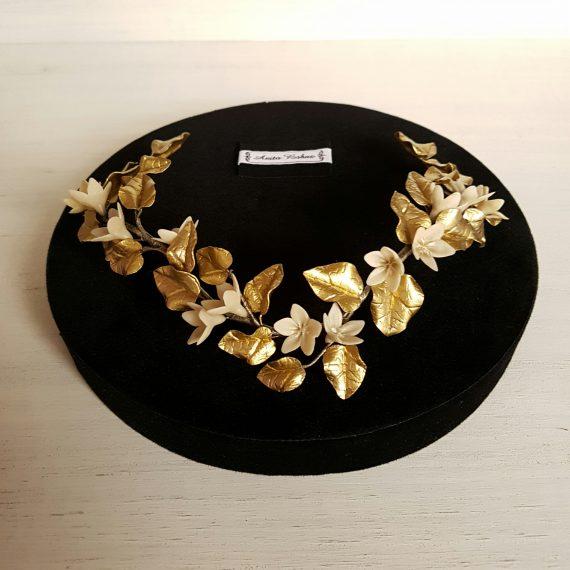 Media corona-tiara de floresbaige y hojas doradas