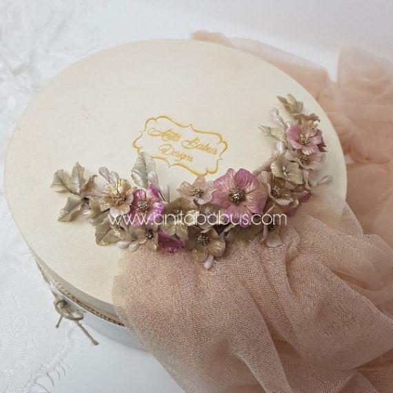 Tocado  de flores y hojas en color rosa y baige con un toque de dorado y plata.