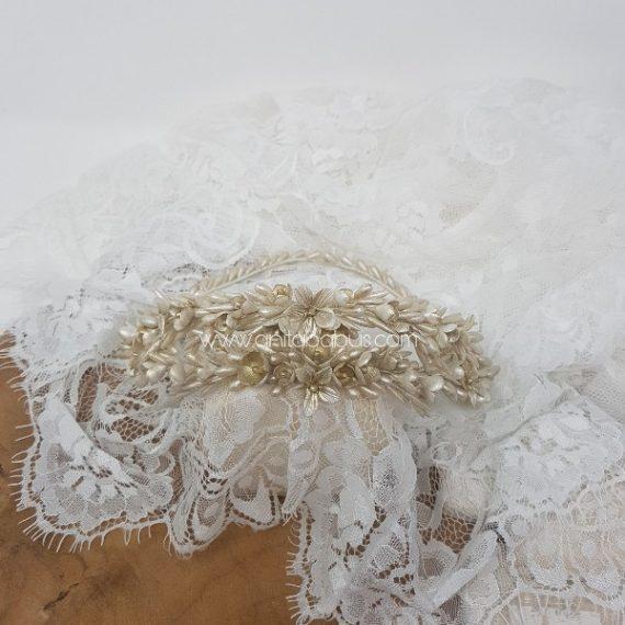 Corona de flores y pistilos de porcelana en blanco perla y champagne