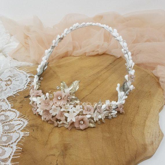 Corona de novia con flores de cera y cristales de Swarovski