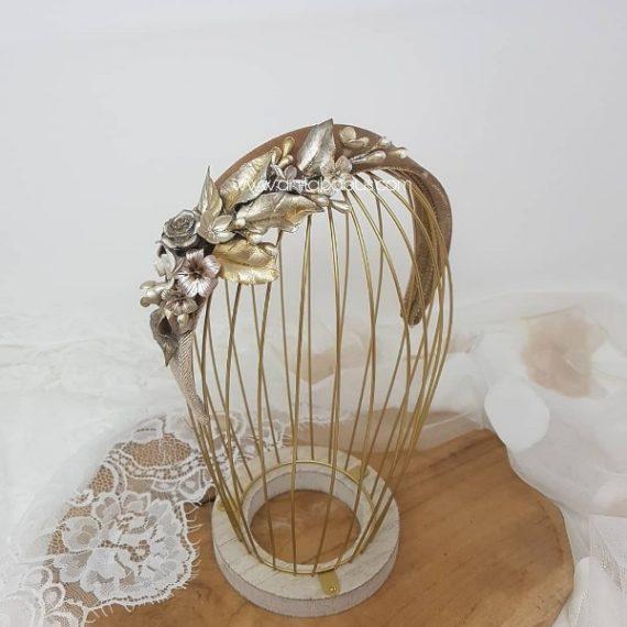 Diadema ancha de terciopelo con flores e hojas de porcelana